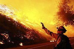ยังไม่สามารถควบคุมไฟป่าในแคลิฟอร์เนียได้