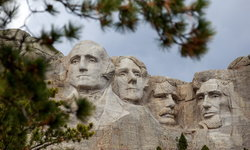 """ชนพื้นเมืองอเมริกันร้อง """"ภูเขารัชมอร์"""" ต้องถูกทำลาย"""
