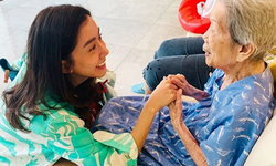 """""""ไอซ์ อภิษฎา"""" ภาพน่ารักดูแลคุณย่าป่วยเป็นอัลไซเมอร์ เผยอาการและวิธีดูแลผู้ป่วย"""