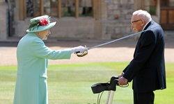 """""""ควีนเอลิซาเบธ"""" พระราชทานยศอัศวินแก่ """"ทอม มัวร์"""" คุณทวดฮีโร่อายุ 100 ปี"""
