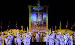 นายกฯ นำพสกนิกรไทย จุดเทียนชัยถวายพระพรพระบาทสมเด็จพระเจ้าอยู่หัว
