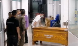 """ศพ """"จารุชาติ"""" ถึงนิติเวชแล้ว ตำรวจแกะรอยหาซิมมือถือหายปริศนาในที่เกิดเหตุ"""