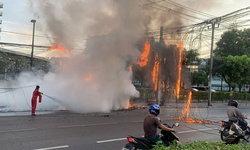 ระทึก ไฟไหม้สายไฟฟ้าถนนรัชดาฯ ทำการจราจรติดหนัก