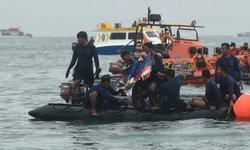 """อินโดฯ เผย """"เครื่องบินดิ่งทะเล"""" อาจแตกหักวินาทีพุ่งชนผิวน้ำ"""