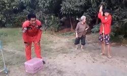 กู้ภัยอึ้ง หนุ่มวัย 18 ปี เจองูเห่าในห้องน้ำ เปิดเน็ตหาวิธีจับแล้วลงมือจับเอง