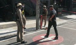 ตำรวจเมายิงปืนขึ้นฟ้าหน้าผับดัง พ่อค้าก๋วยเตี๋ยวเดินผ่านไปเก็บถ้วย ถูกลูกหลงสาหัส