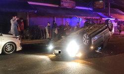 ฝรั่งมะกันซิ่งเก๋งเสยท้ายรถจอดข้างทาง รถตีลังกาหงายท้อง เคราะห์ดีเจ็บเล็กน้อย