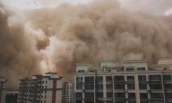 """สะพรึง! คลิปพายุทรายซัดถล่ม """"นครตุนหวง"""" ของจีน ราวกับวันโลกาวินาศ"""