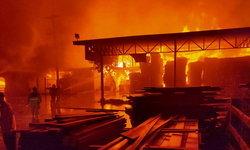 #ไฟไหม้ปทุมธานี เพลิงไหม้โรงเลื่อย จนท.ขนย้ายน้ำมัน 200 ลิตร มาด้านนอกแล้ว