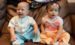 """""""ป๊อก-มาร์กี้"""" จับลูกแฝด """"มีก้า-มีญ่า"""" แต่งชุดไทยสุดน่ารัก อวยพรปีใหม่ไทยให้แฟนๆ"""