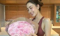 """""""แต้ว ณฐพร"""" ยิ้มแย้มหอบดอกไม้ช่อใหญ่ บอกเคลียร์ๆ ว่าใครให้มา"""