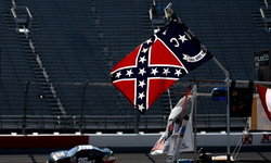 """NASCAR ประกาศแบน """"ธงสมาพันธรัฐอเมริกา"""" ในสนามแข่งรถ"""