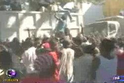 ผู้ประสบภัยเฮติแย่งชิงอาหารที่เจ้าหน้าที่แจกกันชุลมุน