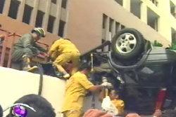 รถพุ่งตกแมนชั่น คนขับชาวญี่ปุ่นเสียชีวิตทันที