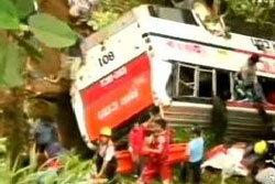 สยอง! รถบัสเบรกแตก ดิ่งเหว อับอนาถ 35 ศพ
