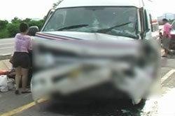 รถตู้บางบัวทอง ยางแตกชนสิบล้อดับ 1 ศพ