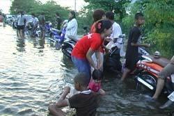 ชาวพิจิตรแห่เล่นน้ำคลายเครียดหลังน้ำท่วม