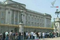 นักท่องเที่ยวเตรียมฉลองพิธีอภิอภิเษกสมรสเจ้าชายวิลเลียม