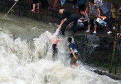 ระทึก! แม่น้ำเชี่ยวซัดนักท่องเที่ยวตกน้ำที่จีน