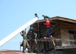 ทหารม้าช่วยซ่อมบ้านโดนพายุ-แจกน้ำให้วัด