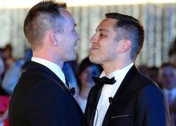 เกย์คู่แรกในฝรั่งเศส จูงมือกันสมรส