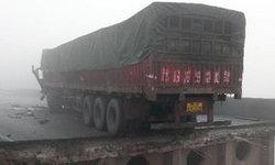 รถขนพลุตรุษจีนบึ้ม ทางด่วนพัง 80 เมตรทำรถตกถนนกว่า 10 คัน