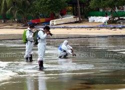 บรรยกาศการเก็บคราบน้ำมันที่เสม็ดทะเลเริ่มใส