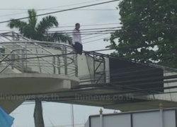 สาวพม่าคลุ้มคลั่งพยายามกระโดดสะพาน