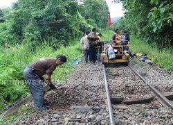 จนท.ลำเลียงไม้หมอนซ่อมรางรถไฟลำปาง
