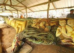 นครพนมแกะสลักพุทธประวัติบนไม้ตะเคียนทอง