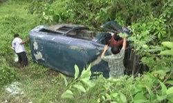 รถตู้นักเรียน ล้อหลุดพุ่งลงข้างทาง บาดเจ็บ 20 คน