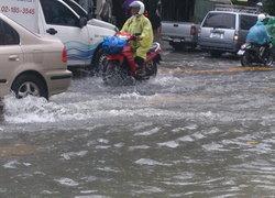 น้ำท่วมถนนอโศกมนตรี-รถเล็กผ่านลำบาก