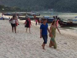 เกาะพีพีคึกคัก ห้องพักถูกจองเต็ม
