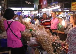 ตลาดทุ่งเกวียนลำปางคึกนักเที่ยวแวะซื้อของ