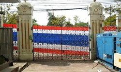 ม็อบนำธงชาติ ล้อมรั้วทำเนียบฯ กปปส.ยุบเวทีนางเลิ้ง