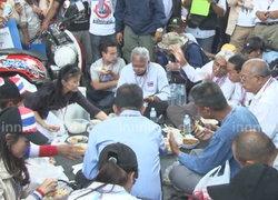 สุเทพนำมวลชนทานมื้อเที่ยงBRTมทร.กรุงเทพ