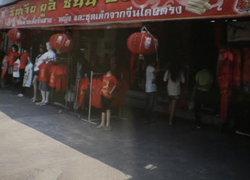ตรุษจีนเมืองชลคึกคักปชช.แห่ซื้อเสื้อปีม้า