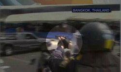 ภาพจาก CNN ตำรวจใช้ปืนพกสั้นในการขอคืนพื้นที่