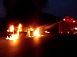 ไฟไหม้รถตู้โฟล์คสุโขทัยคนขับหนีทัน