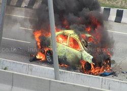 แท็กซี่ซิ่งชนกระบะไฟลุกไหม้บนมอเตอร์เวย์