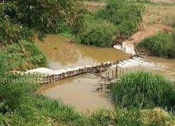 ชาวบ้านชาติตระการ ช่วยกันทำฝายเก็บน้ำ