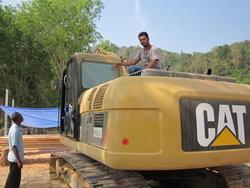 หนุ่มขับรถแบคโฮแจ้งความเอาผิดป่าไม้เมืองคอน