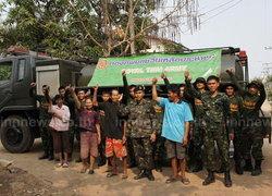 ทหารค่ายบดินทรเดชาแจกน้ำช่วยชาวยโสธร