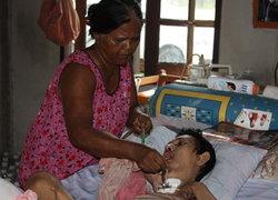 แม่วอนผู้ใจบุญช่วยลูกพิการเดินไม่ได้