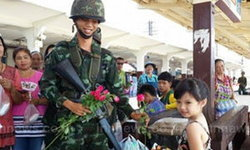 ชาวพิษณุโลกแห่ให้กำลังใจทหารปฏิบัติหน้าที่