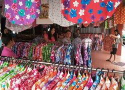 ชาวอุบลฯ เริ่มออกมาหาซื้อเสื้อลายดอก