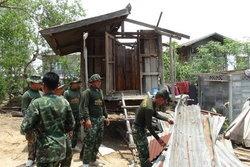 ทหารเร่งช่วย-ซ่อมบ้านอ.ชุมพลบุรีเหยื่อพายุ