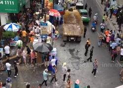 ชาวไทย-ชาวต่างชาติ ทยอยเล่นน้ำ ถ.สีลม แล้ว