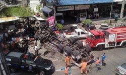 รถพ่วง 18 ล้อ คว่ำวินาศที่นนทบุรี เฉียดร้านข้าวมันไก่ ตาย 1