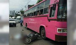 รถเมล์เฉี่ยว จยย. 2 นักเรียนสาวล้ม รถบรรทุกตามไล่ทับร่างสยอง